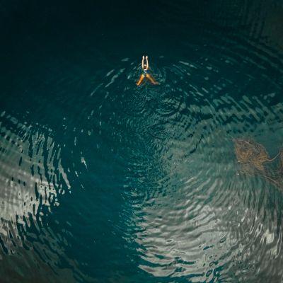Úszó lány
