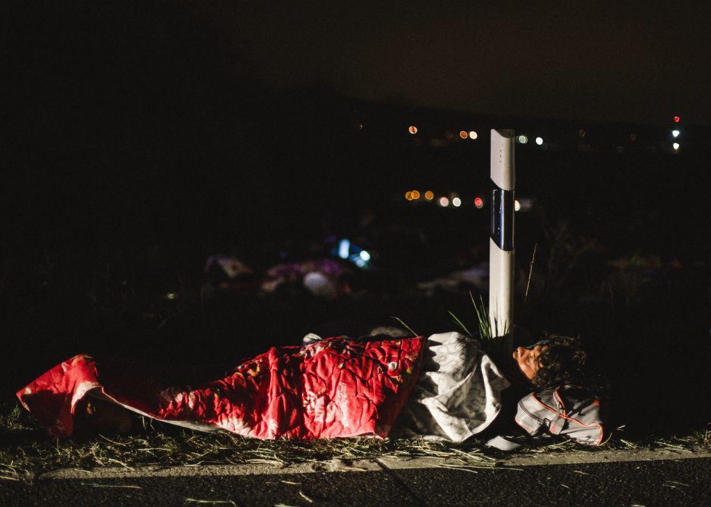 Zsámbéki lehajtónál alszik egy menekült 35km erőltetett menet után.
