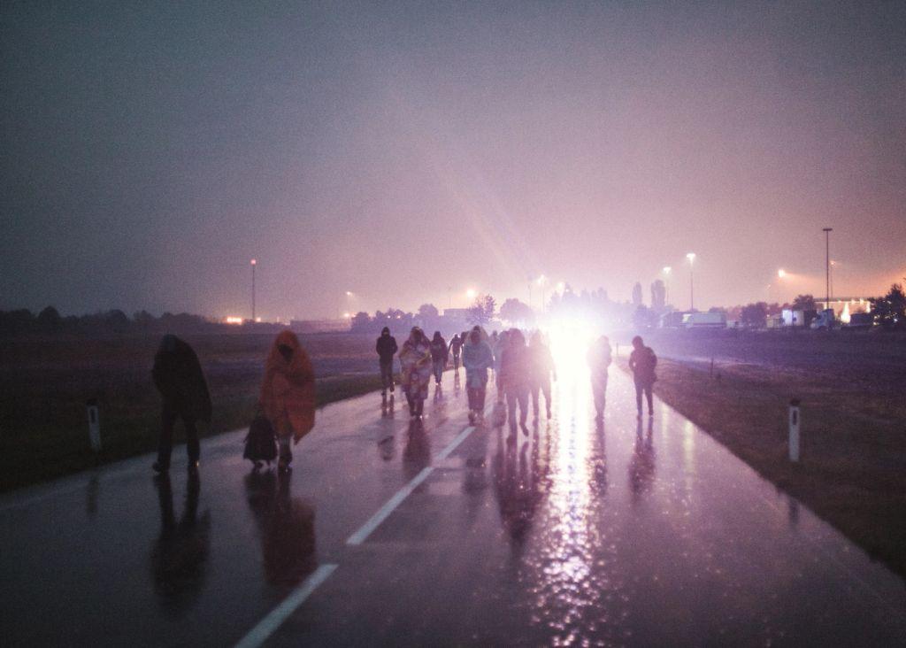 Menekültek gyalogolnak Nickelsdof felé miután átlépték a magyar-osztrák határt.