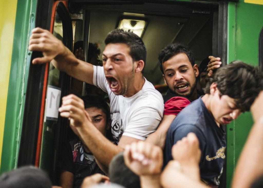 Menekültek próbálnak feljutni egy vonatra a Keleti pályaudvaron