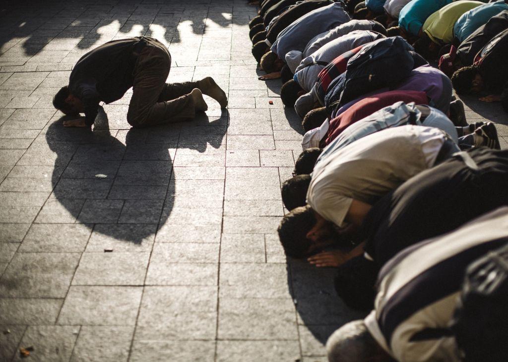 Menekültek imádkoznak a Keleti pályaudvar előtt
