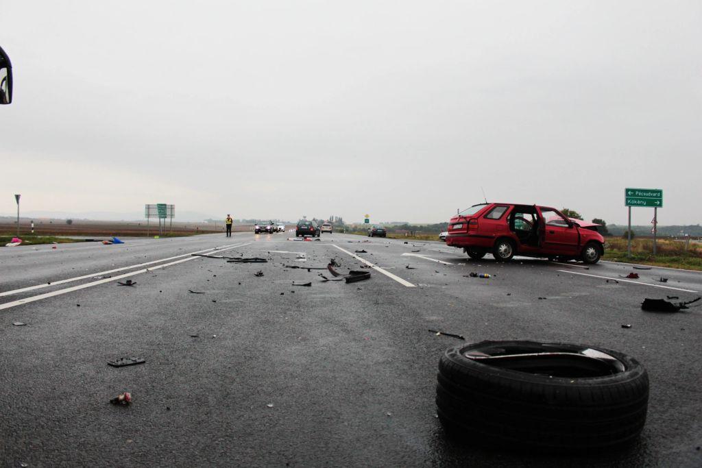 Két autó ütközött a pogányi reptér közelében