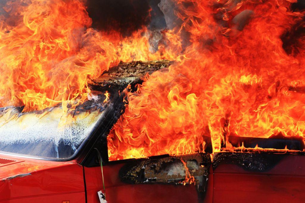 Lángoló autó