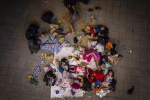 Szír Család Szír család tölti az éjszakát a Keleti pályaudvar aluljárójában augusztus 12.-én. Több ezer fős menekült tömeg gyűlt össze a pályaudvar környékén.