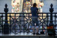 I Bike Budapest Egy kerékpáros nézi az I Bike Budapest biciklis felvonulást a Lánchíd alagút tetején 2015. április 25-én.