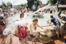 Vízicsata Fiatalok locsolják egymást vízzel a budapesti Vigadó téren téren a Vízicsata elnevezésű flashmobon 2015. június 13-án.