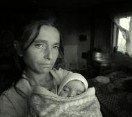 A tekintet Varga Erzsébet pár honapos súlyosan beteg kislányával . Itt a szegénység maga a tehetetlenség , a fájdalom es kiszolgáltatottság . A gyerek azóta meghalt .