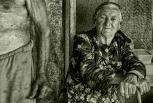 Hétköznapok Fazekas Eszti néni es férje mögott több évtizednyi békés együttlét es kemény munka áll . De balyoki hétköznapjaik ma is háztáji munkával telnek . Egy generáció aki sokat dolgozott a megélhetésért .