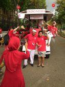 Sörmobillal Indonézia függetlenségének 70. évfordulóján Az indonéz nagykövetség szokatlan módon ünnepelte az ország függetlenségének 70., és az indonéz-magyar diplomáciai kapcsolatok felvételének 60. évfordulóját.H.E. Wening Esthyprobo Fatandari nagykövet asszony – aki erre az alkalomra magyaros pártát is öltött – kezdeményezésére kibéreltek és kidekoráltak egy sörmobilt (de sör nélkül),  amivel a belvárosban tettek egy kört. Sajnos, nem volt igazán szerencséjük, a legnagyobb esőben tekertek végig a budapesti belvároson, de így is sok lelkes hívet szereztek távoli országuknak.A megismételt eseményt a Hősök terén közös tánc zárta.