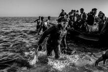 Balkáni útvonal Rekordszámú menekült érkezett 2015-ben Európába, döntő többségük az Égei-tengeren átkelve érkezett Görögországba, majd továbbindult nyugat felé a balkáni országhatárokon keresztül. Rövidesen Magyarországot is elérte a menekült-hullám, ahol rövidesen lezárták az országhatárokat, a már itt tartózkodó menekültek pedig hosszas várakozás után gyalog indultak el Ausztria felé. Ennek hatására a kormány autóbuszok százaival szállította a menekülteket Ausztria határához.