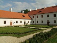 Átadták  Majkon a kamalduli remeteség megújult kolostorépületét. Befejeződött a kamalduli remeteség főépületének, a kolostornak a felújítása Majkon. A 18. századi épületegyüttes központját 885 millió forintos uniós támogatásból újították föl.Az eseményen részt vett és beszédet mondott Lázár János Miniszterelnökséget vezető miniszter és L. Simon László, a Miniszterelnökség parlamenti államtitkára.