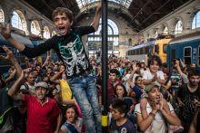 Germany, Germany! Menekültek demonstrálnak Budapesten, a Keleti pályaudvaron 2015. szeptember 1-jén, miután a rendőrség nem engedte felszállni őket a Németországba induló vonatra és lezárta a pályaudvart.