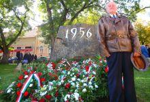 Csalódás Az 1956-os eseményekben résztvevő, Salgótarjánban szolgáló ezredes sajnálattal nézte a ma már csak kötelező külsőségként szolgáló ünnepséget.