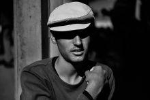 A menekült Marlon Brando Affef Naser afgán menekült aki Németországba tartott. A kép a Keleti pályaudvaron készült nem sokkal a Bicskén megállított vonat indulása előtt. Affef Naser további sorsa ismeretlen. Bp.,2015.09.03.