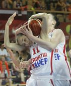 Összkuszálva A horvát Ana-Marija Begic (j) és Mirna Mazic a Horvátország-Lettország női Európa-bajnoki mérkőzésen az Aréna Savariában.