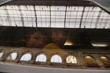 A bicskei vonat indulás előtt Azok a menekültek akik felszálltak a vonatra nem tudhatták, hogy Németország helyett csupán Bicskéig jutnak majd, ahol a rendőrség megállítja a vonatot. Budapest, 2015.09.03.