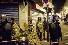 Sokkolta Párizst a terror éjszakája Durva terrortámadás történt 2015. 11. 13-án este Párizsban. Összesen hét helyszínen lövöldöztek terroristák civil emberekre. Egy koncerten túszokat ejtettek, és egyenként kezdték el kivégezni őket. Összesen 130 embert öltek, és több mint 350-et sebesítettek meg. Az elkövetők közül többeket csak hetekkel később sikerült beazonosítani. François Hollande francia elnök a támadás éjszakáján szükségállapotot rendelt el, mozgósította a katonaságot, bevezette az ellenőrzést a határokon, és háborút hirdetett a terroristák ellen. A legtöbb áldozata a Bataclan koncertteremnél történt lövöldözésnek volt.