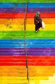 Színes lépcsősor Egy hölgy sétál le Isztambul Beyoglu kerületében található színes lépcsősoron, amely Huseyin Centinel(64)  nevéhez fűződik, aki a lépcső színesre festésével mosolyt akart csalni az emberek arcára.