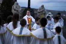 Tradicionális Húsvét Bujákon Buják egy zsákfalu Nógrád megye közepén. Bár nincs messze Hollókőtől , itt is külön hagyományai vannak a Húsvét megünneplésének.  Míg Hollókőn a turistáknak kedveznek, itt meghagyják a kis közösségüknek az ünnepet. Tradicionálisan  a beöltözés bujáki népviseletbe is része a hagyományoknak. Szerencsére ez a népviselet generációról generációra száll át, a lányok is és a fiúk is büszkén hordják az évtizedes, néha évszázados történettel bíró ruhadarabokat. Az ünneplés nagyszombaton kezdődik egy  Feltámadási misével majd a mise  végén egy gyertyás Feltámadási körmenettel.