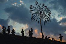 Samsara A szanszkrit eredetű Samsara szó jelentése: létforgatag, vándorlás, az élet és a halál körforgása. Ezen a néven és ebben a szellemben rendeztek 2015 júliúsában először pszichedelikus jóga és zenei fesztivált a Balaton mellett, Siófok-Törekiben. Az ide látogatók nagy része bármely országból is érkezett, amolyan XXI. századi nomád, aki leginkább a természetben szereti tölteni a szabadidejét, azzal harmóniára törekszik, és minél kissebb ökológiai lábnyomot szeretne maga után hagyni. Sokan családdal, gyermekkel jönnek mert a fő színpadon csak nyugodtabb zenék kapnak helyet.