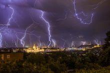 Budapest vihar alatt 2015. Május 20-án nagyszabású villámjelenségekkel kísért vihar vonult el Budapest felett. A kép állványról készült, mintegy 2 órányi villámlás többszörös expozíciójának egymásra helyezésével.