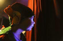Manézsperspektíva - A Szín fonákja A szín a látszat, a porond, a fények, a közönség. Valójában minden a  porond mögött játszódik, mint az életben.Ez a lényeg.Ott kacagj, itt élj Bajazzo! Élj, hogy kacaghass, hogy kacagtass!  A 95. éves évfordulóját ünneplő  Eötvös Cirkusz múltja, jelene egybeforrt a magyar cirkuszművészettel.Öt generáció élte, éli a titokzatos, legendás vándoréletet. Ma is, most is úgy, mint azok, akik elkezdték a maguk megszállottságában, határtalan elkötelezettségükben. Kik ők, és milyenek?A sorozat csak töredék, a cirkusz a közönségnek láthatatlan oldaláról. Az ott élő emberekről, a függöny túloldaláról