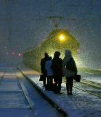 A sínek mentén A képsorozat a  vasút sokarcúságának hangulatát mutatja be évszakok és napszakok változásain keresztül, ahogy azt  a sínek mentén járó ember láthatja.