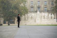 Tisztelet Áder János köztársasági elnök az aradi vértanúk emléknapján tartott ünnepélyes zászlófelvonáson az Országház előtti Kossuth téren 2015. október 6-án.
