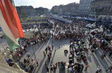 Aszr - délutáni ima a Keleti pályaudvarnál A Keleti pályaudvarnál összegyűlt többezer migráns egy csoportja délutáni imáját végzi Mekka felé fordulva a Baross téren 2015. szeptember 2-án.