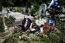 """Kárpátalja az Orosz-Ukrán háború árnyékában. A Kelet-Ukrajnában kirobbanó harcok az ország egész területére,így a""""béke szigeteként""""számon tartott Kárpátalja mindennapjaira is erősen rányomja bélyegét.Kezdetben az ország gazdasági válsága,a hrivnya inflálódása éreztette negatív hatását a megyében,később a mozgósítási hullámok váltottak ki riadalmat az ott élő lakosság körében és sajnos nem kellett sokáig várnunk az első kárpátaljai áldozatra sem.Akinek módjában áll,külföldön próbál szerencsét.Nehezebb dolguk van azoknak,akik a maradás mellett döntenek,de hiszik,hogy nem reménytelenül tartanak ki és van jövőjük szülőföldjükön.Kárpátalján."""