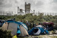 Menekülés a Dzsungelből A franciaországi Calais-ban mindig voltak menekültek, akik abban reménykedtek, hogy a szerencse megsegíti őket, és hónapokig tartó vándorlás után a Csatorna-alagút 39 kilométere sem okoz gondot. A város peremén kis csoportokban húzták meg magukat. Ahogy emelkedett a számuk, hogy az önkormányzatának cselekednie kellett. Csak egy külvárosi sportpályához tartozó épületet jelöltek ki, ahol a migránsok ételt kaphatnak, tisztálkodhatnak és feltölthetik telefonjaikat. Ezzel viszont azt érték el, hogy a létesítmény köré egy egész falu települt.Az Új Dzsungelnek nevezett táborban közel 3 ezer ember él.