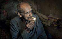 A seprűkészítő István épp pihenőt tart, és rágyújt egy cigarettára. István gyerekkora óta seprűkészítéssel foglalkozik. Ez az ő élete...  A fényképet a romániai Ákosfalván készítettem