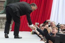 Leereszkedés Orbán Viktor hajol le rajongóihoz a Nemzeti Múzeum előtt a Március 15-i nemzeti ünnepen. 2015. március 15.