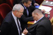 Csak ennyi? Parlament ülésnap. Fazekas Sándor turkál szemmel Németh Szilárd rezsicsökkentési biztos zsebében. 2015. április 27.