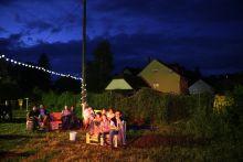 Momentán A Momentán társulat előadásának nézői a kapolcsi Művészetek Völgyében. 2015. július 27.