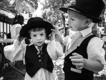 Táncoló Babszemek Az Újbudai Babszem Táncegyüttes tizenöt éve foglalkozik a gyerekek nevelésével óvodás koruktól egészen egyetemista korukig. Tagjainak a száma az évek alatt kétszáz főre nőtt. A gyerekek a magyar nép kulturális kincseit viszik tovább az énekkel és az ott elsajátított népi játékkal. Az együtteshez való tartozás lehetőséget ad a hasonló korú gyerekeknek közösséggé kovácsolódni, ahol életre szóló barátságokat tudnak kötni. Mindezt a mozgás élményével, a tánccal kialakított közös nyelv teszi lehetővé.