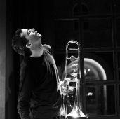 Gianluca Petrella Gianluca Petrella a fiatal tehetséges olasz pozános önfeledt állapotban, egy Torinói koncertjén, január 27-én