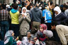 Indulás előtt Menekült család a szeptember 5-i nagy menetelés előtt a Keleti Pályaudvarnál