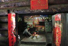 Tűzhely a Lisu népeknél A Dél-Kínai Yunnan tartomány és azon belül is a Weixi megye lakosságát többségiben a Lisu etnikai csoport alkotja. A Mekong folyó felső szakaszának völgyében a magas hegyvidéki táj mikró falvak kialakulását tette lehetővé. A természeti adottságok miatt elszigetelt lakósság nagy része a mai napig megőrizte ősi jellegét. A házak központi eleme a konyha, aminek közepén található a tűzhely. A tűzhely fontosságát mi sem bizonyítja jobban, hogy ez ad meleget, fényt az ablak nélküli házakban és energiát a sütéshez-főzéshez. Ez köré ül a család, ha étkezik, vagy ha csak társalognak is.