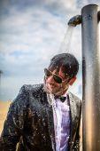 No SMOKING Árpa Attila színész, producer, rendező, forgatókönyvíró, a magyar média fenegyereke szmokingban áll a zuhany alatt a spanyol tengerparton 2015 őszén.