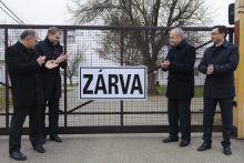 Zárva taps Kósa Lajos, Becsky István képviselők, Kontrát Károly államtitkár és Papp László polgármester (b-j) a bezárt debreceni menekülttábornál megtapsolják a ZÁRVA táblát 2015. december 16-án.