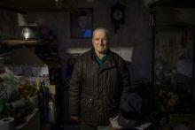 Kovács Lajos Kovács Lajos nyugdíjas, házának egyetlen, pár négyzetméteres szobájában, fiatalkori portréja előtt az elvándorlással és a szegénység terjedésével is küzdő Csongrád megyei Csanyteleken.