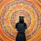 Színtér Egy látogató nézi Braun András: Kirobbanó ecsetkezelés című alkotását a Műcsarnok Itt és most című kiállításán 2015. április 25-én.
