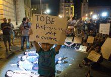 Ítélet Menekültek tüntetnek a Keleti pályaudvaron, a pályaudvar lezárása ellen 2015. szeptember 3-án