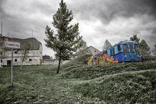 """Csákberény Zsemlye Ildikó """"A Földből kitörő metrókocsi"""" című installációja."""