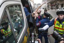"""Putler A Femen aktivistáját elviszik a rendőrök azt követően, hogy az Országház közelében a következőt kiabálta: """"Huylo go home!""""(Putyin trágár ukrán megfelelője) és """"Putler kaputt!"""" -  2015. február 17-én."""