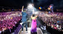 'Jump Up' Irie Maffia koncert a Sziget fesztivál nagyszínpadán. A képen a tizenkét fős zenekar két tagja: Sena és Mc Columbo. Budapest, 2015.08.10.