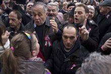 Botrányos Nemzeti ünnep Felháborodott ünneplők ordítoznak Fidesz elleni tüntetőkkel, március 15-én a Nemzeti Múzeum előtt, Orbán Viktor miniszterelnök beszéde alatt.