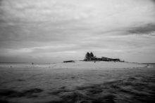 Kalandozások a kétpálmafás sziget körül Az indonéz/maláj szigetek keleti partjaitól is távol, parányi , sekély partú szigeteken vagy azokhoz közel, az óceán vizében álló  cölöpházakon, lélekvesztőkön élnek nomád közösségek. A szárazföldre csak temetkezni jönnek.  A sors kegyéből és önerőből néhány napot tölthettem velük.   (Szabadnak éreztem magam és nem volt veszélyérzetem. Később értesültem róla, hogy két  odalátogatót fülöp-szigeteki emberrablók elhurcoltak - váltságdíj reményében