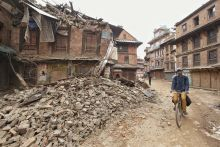 Jövet-menet Katmandu, óváros. Nem sokkal a földrengés után a város lakói ismét visszatérnek mindennapi életükhöz – a romok között.